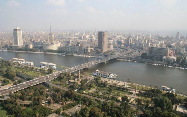 Vue du Caire et du Pont du 6 Octobre, prise de la Tour du Caire, 2006 (Crédit : CC BY Omar Kamel/Wikimedia Commons)