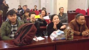 Des membres de la communauté juive de Kaifeng participent à un événement (Crédit : capture d'écran Youtube)
