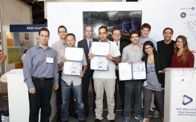 Les trois équipes gagnantes du concours des Entrepreneurs du Futur, avec le scientifique  en chef Avi Hasson (deuxième rang à gauche), en mai 2014. (Crédit : Zvika Goldstein)