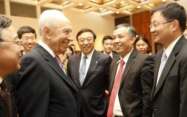 Shimon Peres rencontre une délégation d'hommes d'affaires (Crédit : autorisation)