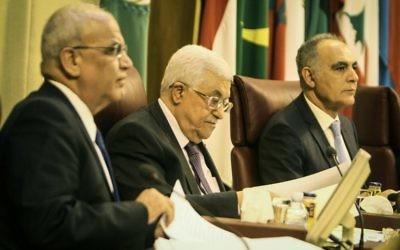 Mahmoud Abbas et Saeb Erekat au sommet de la Ligue arabe le 9 avril 2014 (Crédit Mohamed El-Shahed/AFP)