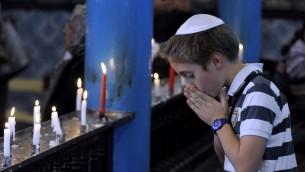 Un jeune garçon juif à la synagogue de la Ghriba (Crédit : Fethi Belaid/AFP)
