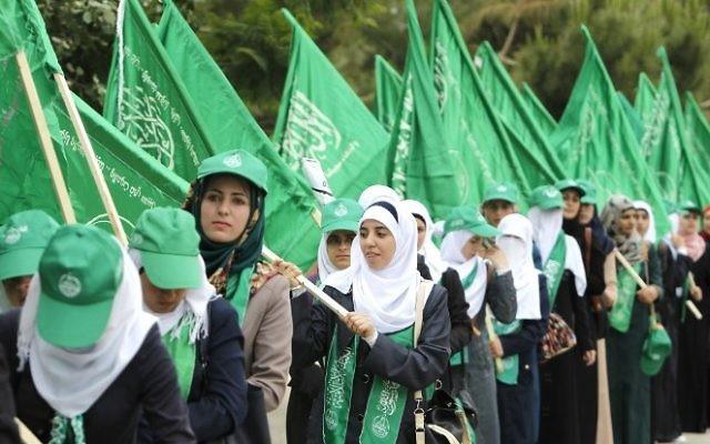 Des supporters palestiniens à un rassemblement du Hamas avant les élections au conseil étudiant de l'université de Bir Zeit, en 2014. (Crédit : Abbas Momani/AFP)