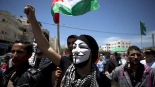 Un Palestinien masqué lors d'un rassemblement pour la nakba (Crédit : AFP)