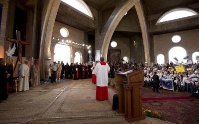 Le pape dans une église à Beitunia (Crédit : AFP)