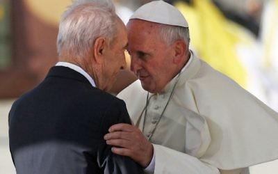 Shimon Peres et le pape François à Tel Aviv, septembre 2014 (Crédit : AFP)