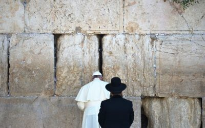 Le pape François prie au Mur occidental (Crédit : AFP)