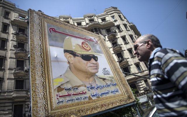 Une affiche de Sissi sur un immeuble en Egypte (Crédit : AFP)