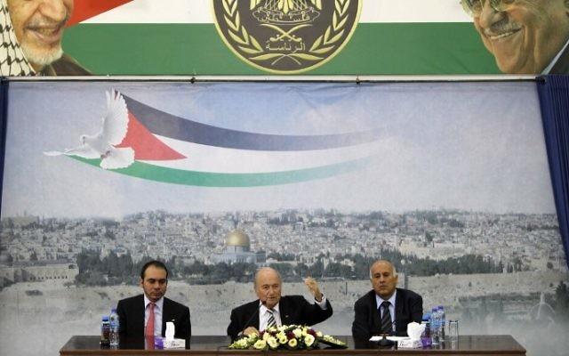 Joseph Blatter, assis entre le prince Ali de Jordanie (gauche) et Jibril Rajoub, à la tête de la fédération de football palestinienne (Crédit : Abbas Momani/AFP)