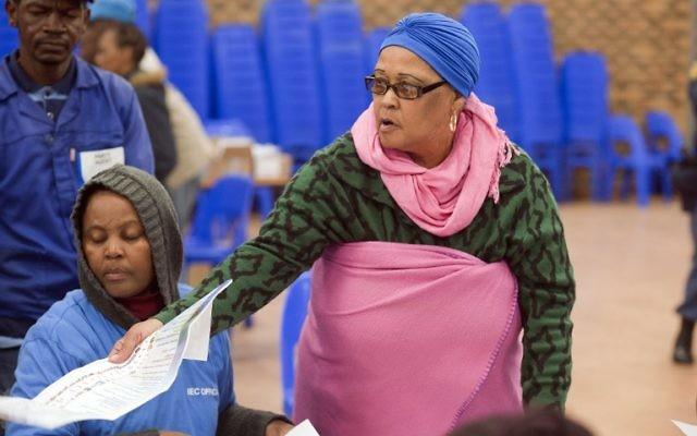 Une femme à un bureau de vote à Cape Town (Crédit : Rodger Bosch/AFP)