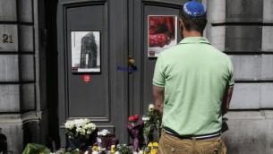Un homme juif rend hommage aux victimes de la fusillade à Bruxelles (Crédit : AFP PHOTO / BELGA / THIERRY ROGE)