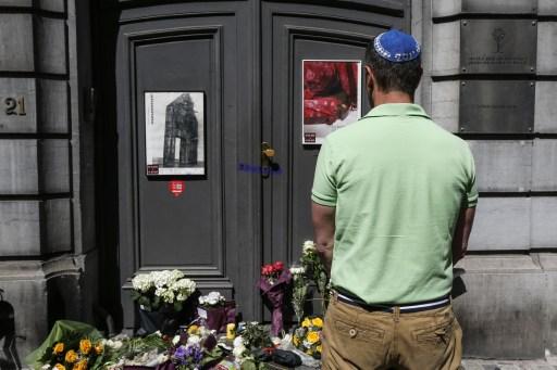 Un Juif rend hommage aux victimes de la fusillade de Bruxelles (Crédit : AFP / BELGA / THIERRY ROGE)