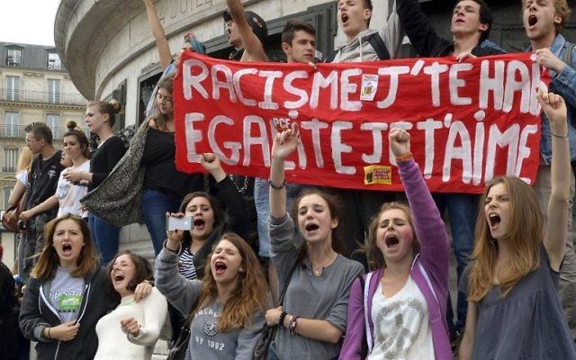 Des jeunes français manifestent contre les résultats des élections européennes à Paris 5crédit : PIERRE ANDRIEU / AFP)