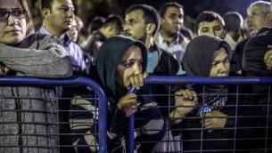 Dans l'attente, les turcs assistent impuissants à la tragédie minière de Soma (Crédit : Bulent Kilic/AFP)