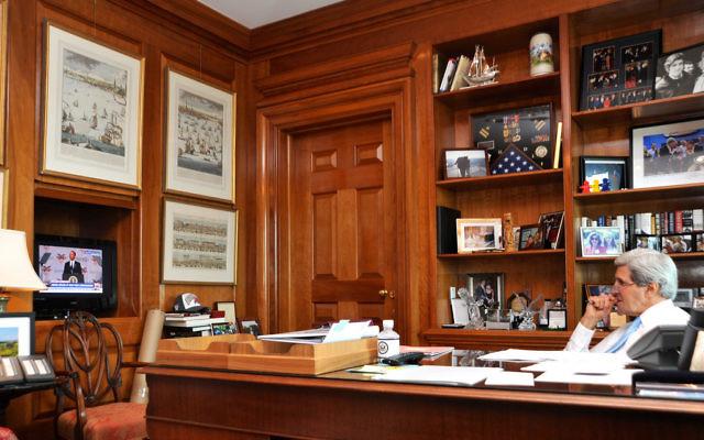 John Kerry dans son bureau (Crédit : US/Department)