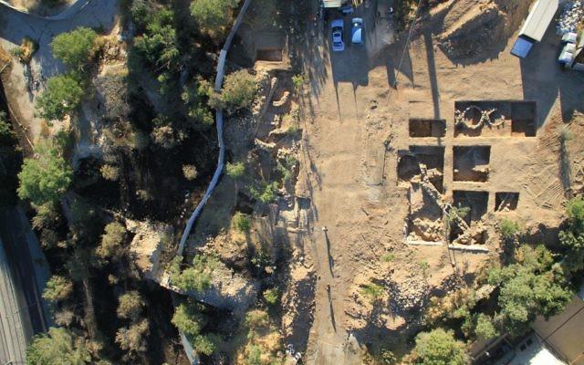 Vue aérienne sur la zone d'excavation à Beit Vegan à Jérusalem (Crédit : Skyview Company/Israel Antiquities Authority)