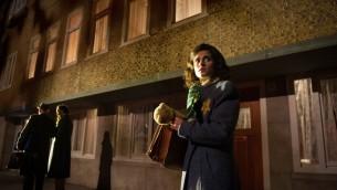 Actrice Rosa da Silva qui incarne Anne Frank dans une pièce de théâtre (Crédit : JTA/Kurt van der Elst)