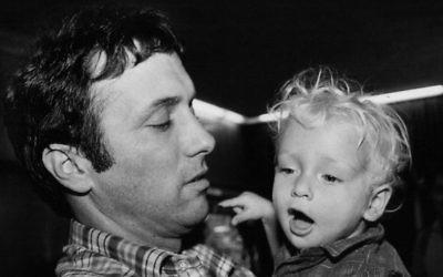 Assi Dayan et son fils Lior en 1985 (Crédit : Moshe Shai/Flash 90)