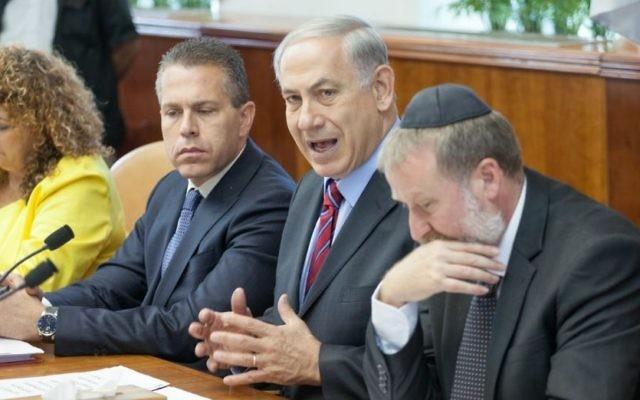 Benjamin Netanyahu (au centre), Gilad Erdan (à gauche) et Avichai Manderbilt (Crédit : Emil Salman/POOL/Flash 90)