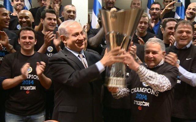 Benjamin Netanyahu entouré de l'équipe de basket du Maccabi Tel Aviv, championne de l'Euroligue (Crédit : Haim Zach/GPO/Flash 90)