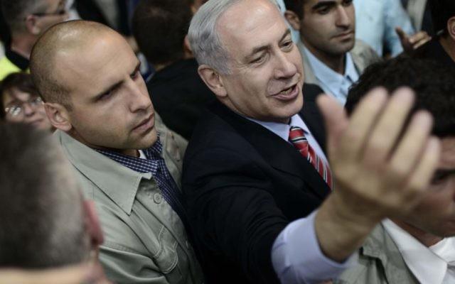 Benjamin Netanyahu, entouré de partisans du Likud, lors d'une conférence à Ganei Ha Taarucha à Tel Aviv - 7 mai 2014 (Crédit : Tomer Neuberg/Flash 90)