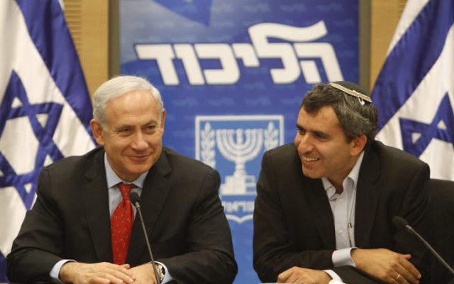 Le Premier ministre Benjamin Netanyahu (à gauche) et le député Likud Zeev Elkin (Crédit : Miriam Alster/Flash90)