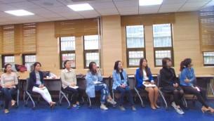 Des étudiants sud-coréens participent à un séminaire sur le traumatisme à l'université Yonsei (Crédit : Debra Kamin/Times of Israel)