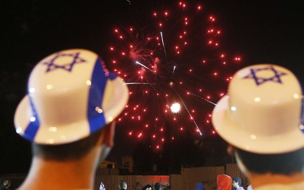 Le feu d'artifices du 65ème anniversaire d'Israël, dans les rues de Jérusalem, en mai 2013. (Crédit Miriam Alster/Flash90)