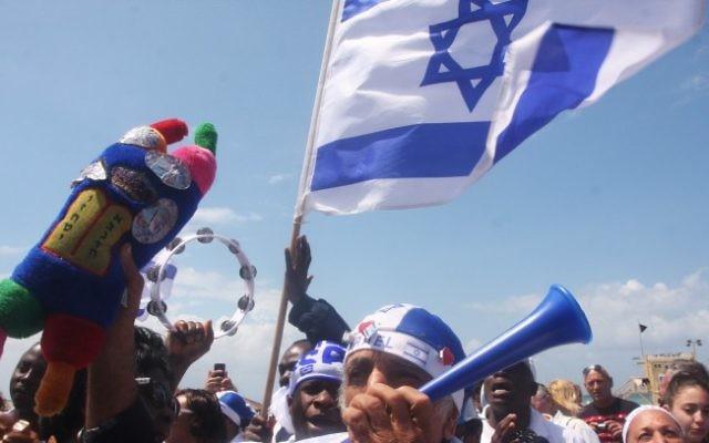 Des Israéliens célèbrent le jour de l'Indépendance à la plage de Tel Aviv (Crédit : Roni Schutzer/Flash90)
