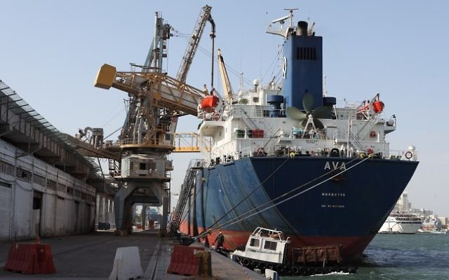 Des bateaux de conteneurs au port de Haifa (Crédit : Yaakov Naumi/Flash 90)