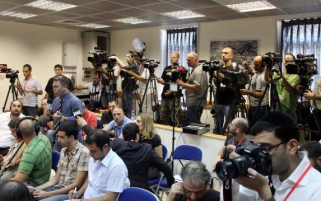 Journalistes et photographes pendant une conférence de presse au bureau du Premier ministre, à Jérusalem, en 2011. (Crédit : Marc Israel Sellem/Flash 90)