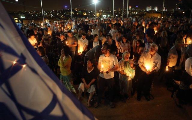 Des Juifs ultra-orthodoxes à une cérémonie commémorative pour les soldats tombés - 4 mai 2014 à Bnei Brak (Crédit : Yaakov Naumi/Flash 90)