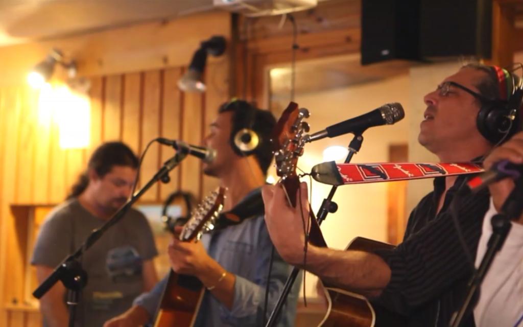 Des membres de Nine lives en train de jouer Haruach (Crédit : capture d'écran YouTube)