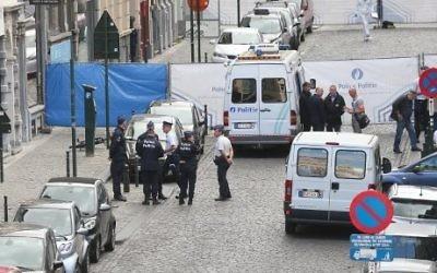 Des policiers devant le Musée juif de Bruxelles, le 24 mai 2014. (Crédit : Nicolas Maeterlinck/AFP)