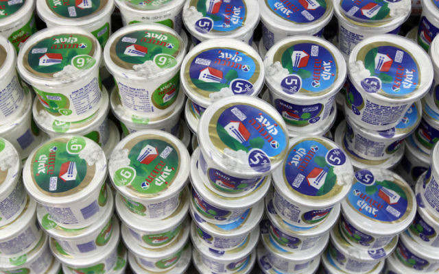 Des pots de cottage de la marque Tnuva, dans un supermarché de Jérusalem. (Crédit: Nati Shohat/Flash90)