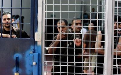 Des prisonniers en détention en Israël. Illustration. (Crédit : Moshe Shai/Flash90)
