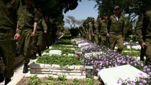 Des soldats au cimetière militaire du mont Herzl (Crédit : Yehoshua Yosef/Flash 90)