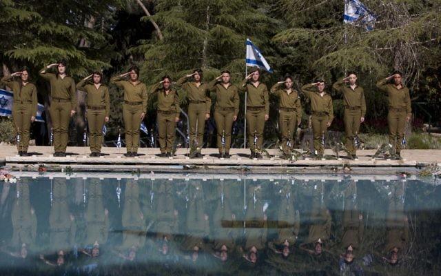 Des soldats au garde-à-vous à une cérémonie en Israël (Crédit : Yonatan Sindel/Flash 90)