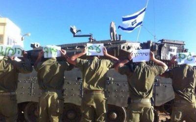 Des soldats tenant des pancartes en soutien au soldat David de la brigade Nahal - (Crédit : Facebook)