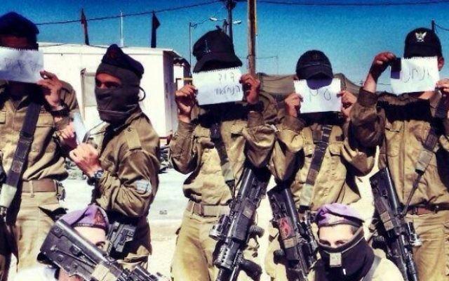 Des soldats tenant des pancartes en soutien au soldat David de la brigade Nahal (Crédit : Facebook)