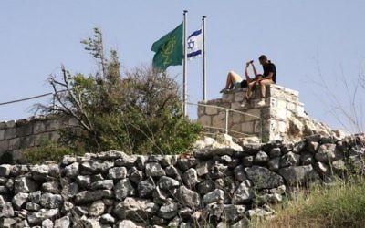 En haut du site du chateau (Crédit : Shmuel Bar-Am)