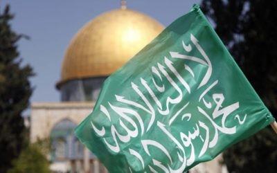 Un drapeau du Hamas avec en arrière-plan la mosquée Al-Aqsa (Crédit : Sliman Khader/Flash90)