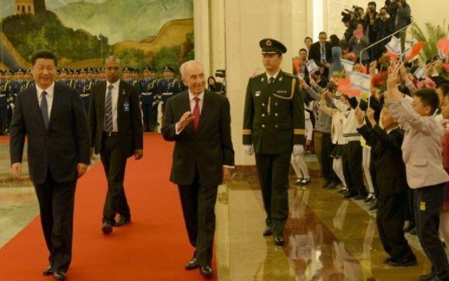 Shimon Peres et le président chinois Xi Jinping à Beijing, en Chine. (Crédit : Amos Ben Gershom/GPO/Flash 90)