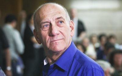Ehud Olmert, à la cour du district de Tel Aviv, le 13 mai 2014 (Crédit : Ami Shooman/Flash90)