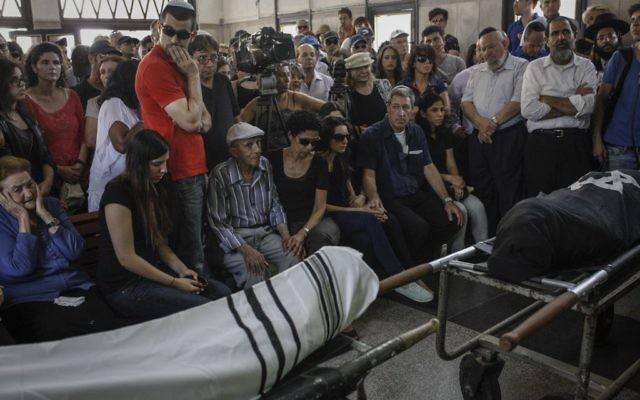 Des proches d'Emmanuel et Miriam Riva assistent à l'enterrement du couple à Kiryat Shaoul à Tel Aviv mardi 27 mai 2014 (Crédit : Amir Levi/Flash90)