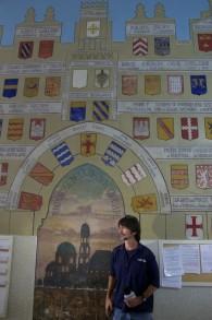 L'histoire des rois de France peinte sur le mur à l'hôpital Saint-Louis (Crédit : Moti Tufeld)