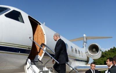 Le Premier ministre Benjamin Netanyahu embarque dans un avion pour la Russie, le 14 mai 2013. Illustration. (Crédit : Kobi Gideon/Flash 90)