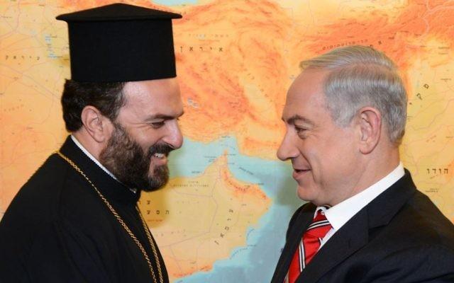 Le Premier ministre Benjamin Netanyahu et le Père Gabriel Naddaf à Jérusalem (Crédit : Moshe Milner/Flash 90/GPO)