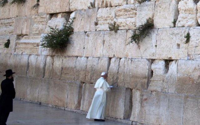 Le pape prie au mur Occidental (Crédit : Thomas Coex/ AFP)