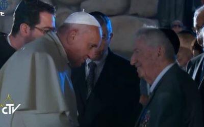 Le pape rencontre des survivants au mémorial de Yad Vashem (Crédit : capture d'écran de la télévision du Vatican)